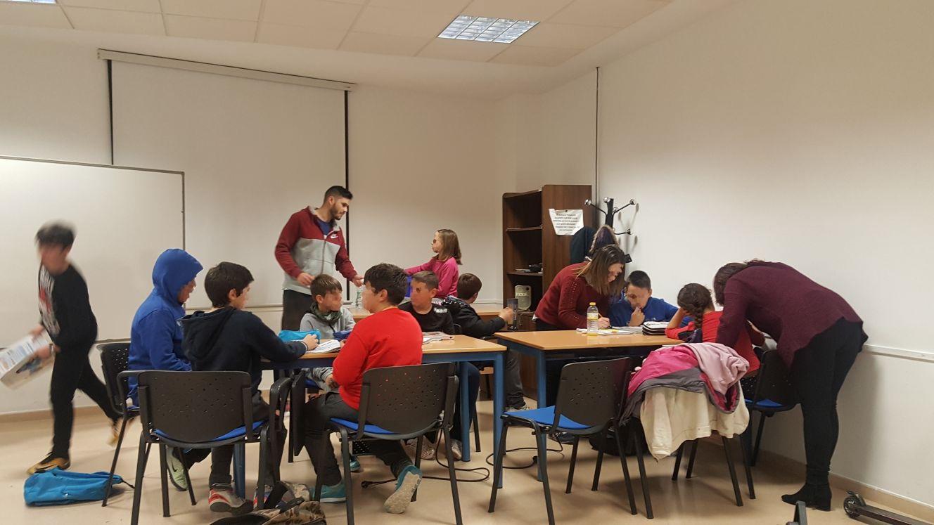 Alumnos de la UGR ofrecen clases de apoyo escolar y asesoramiento a niños de Cúllar Vega