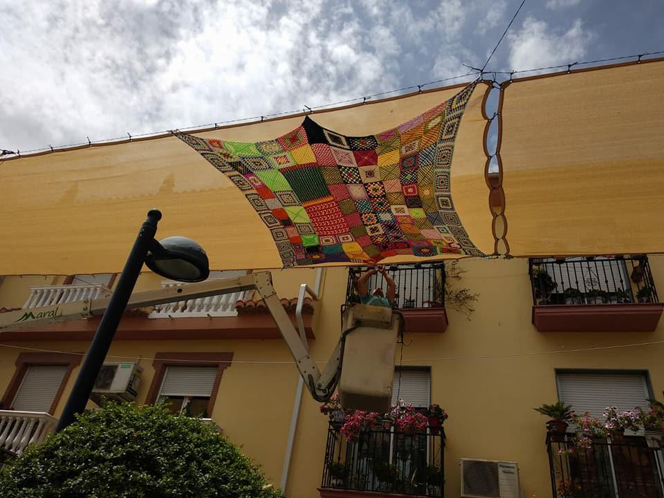 Mujeres de Cúllar Vega decoran con piezas de croché el centro comercial abierto  del municipio