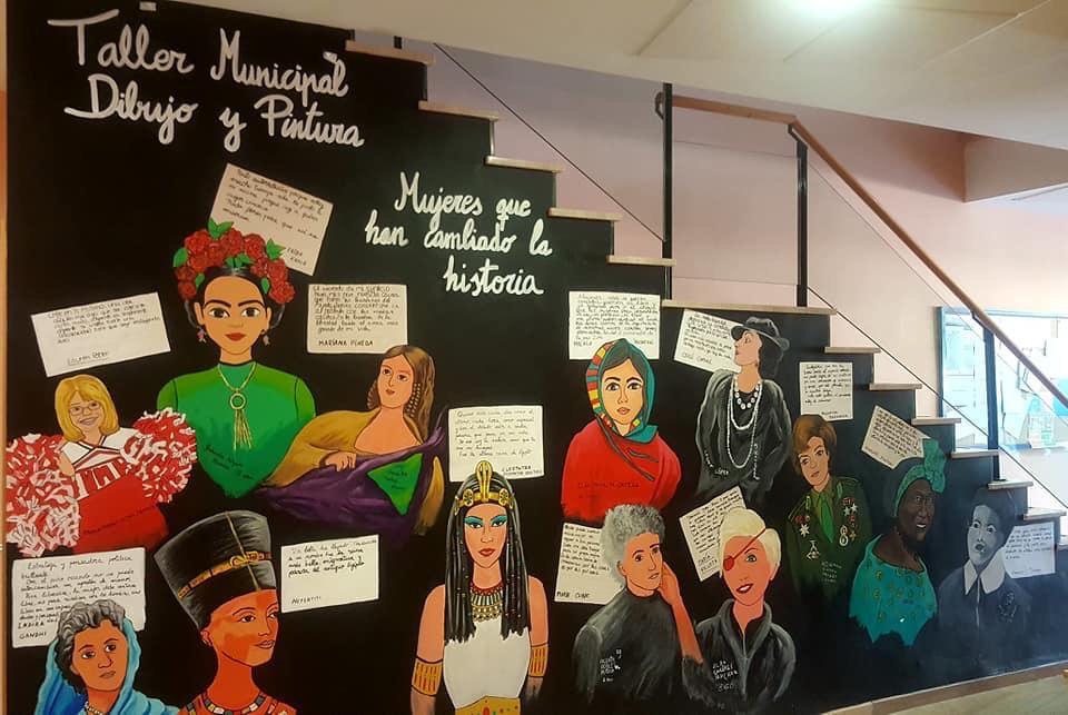 Niños de Cúllar Vega decoran la Casa de la Cultura con un mural sobre mujeres que han cambiado la Historia