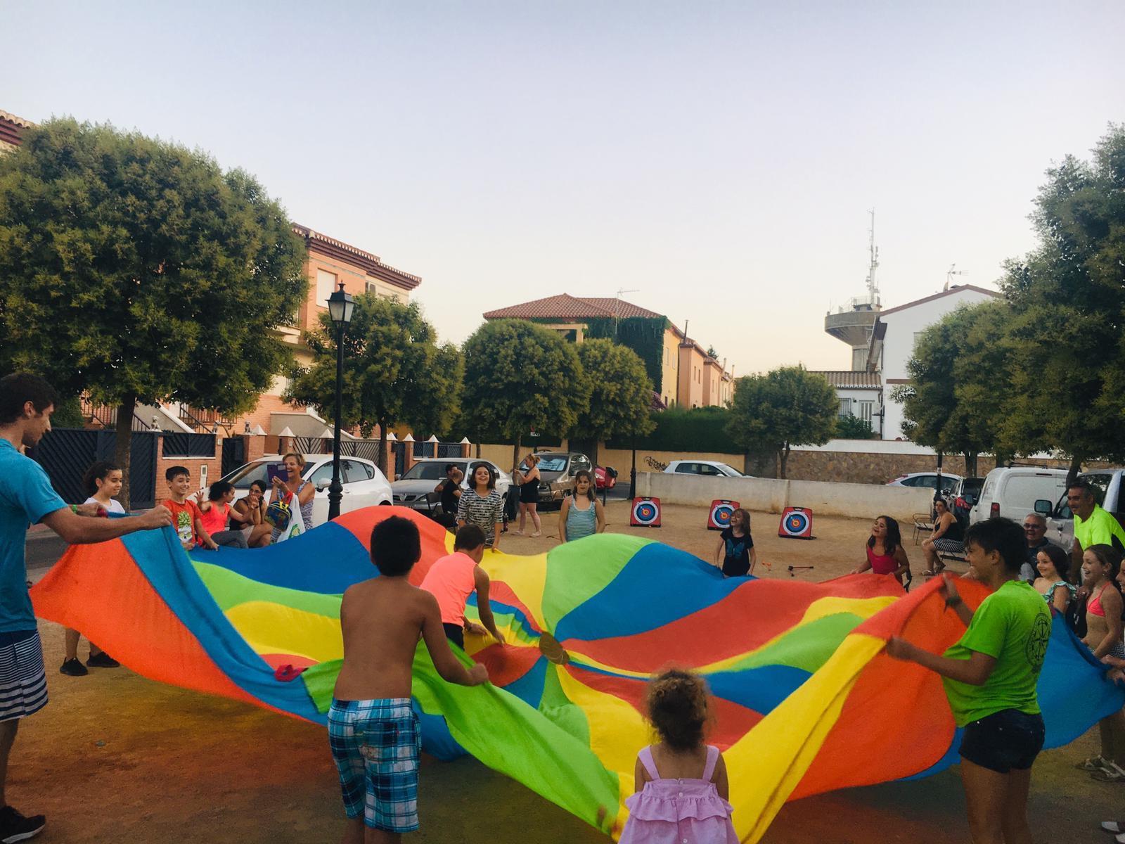 Los jóvenes de Cúllar Vega disfrutan de ocio en las plazas del pueblo con el programa 'Diviértete en tu barrio'