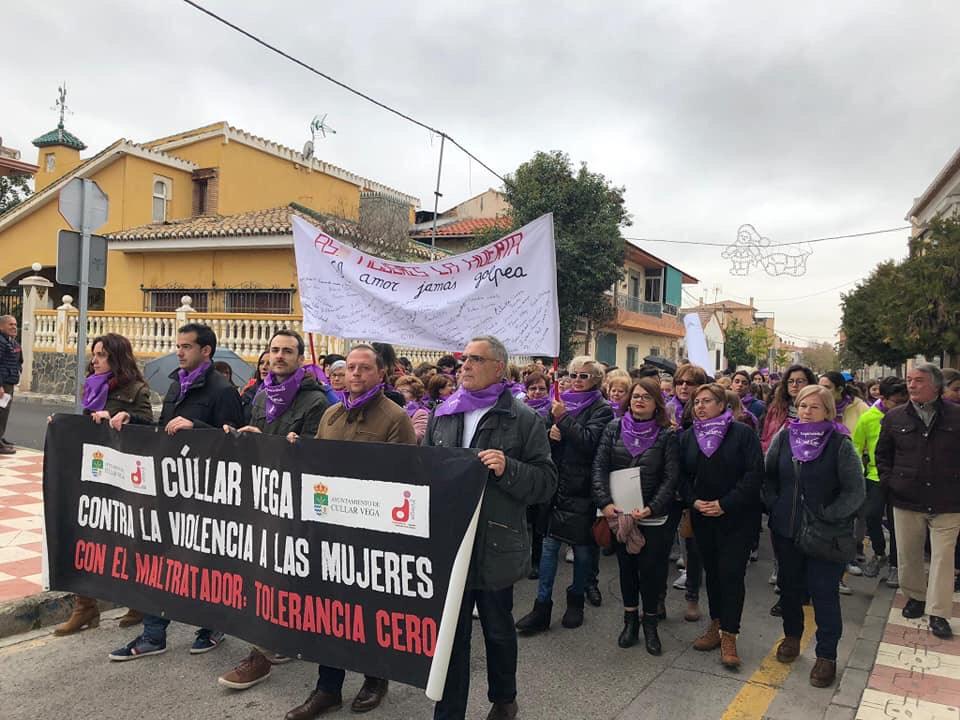 Los escolares de Cúllar Vega claman contra la violencia de género con una 'marcha morada'