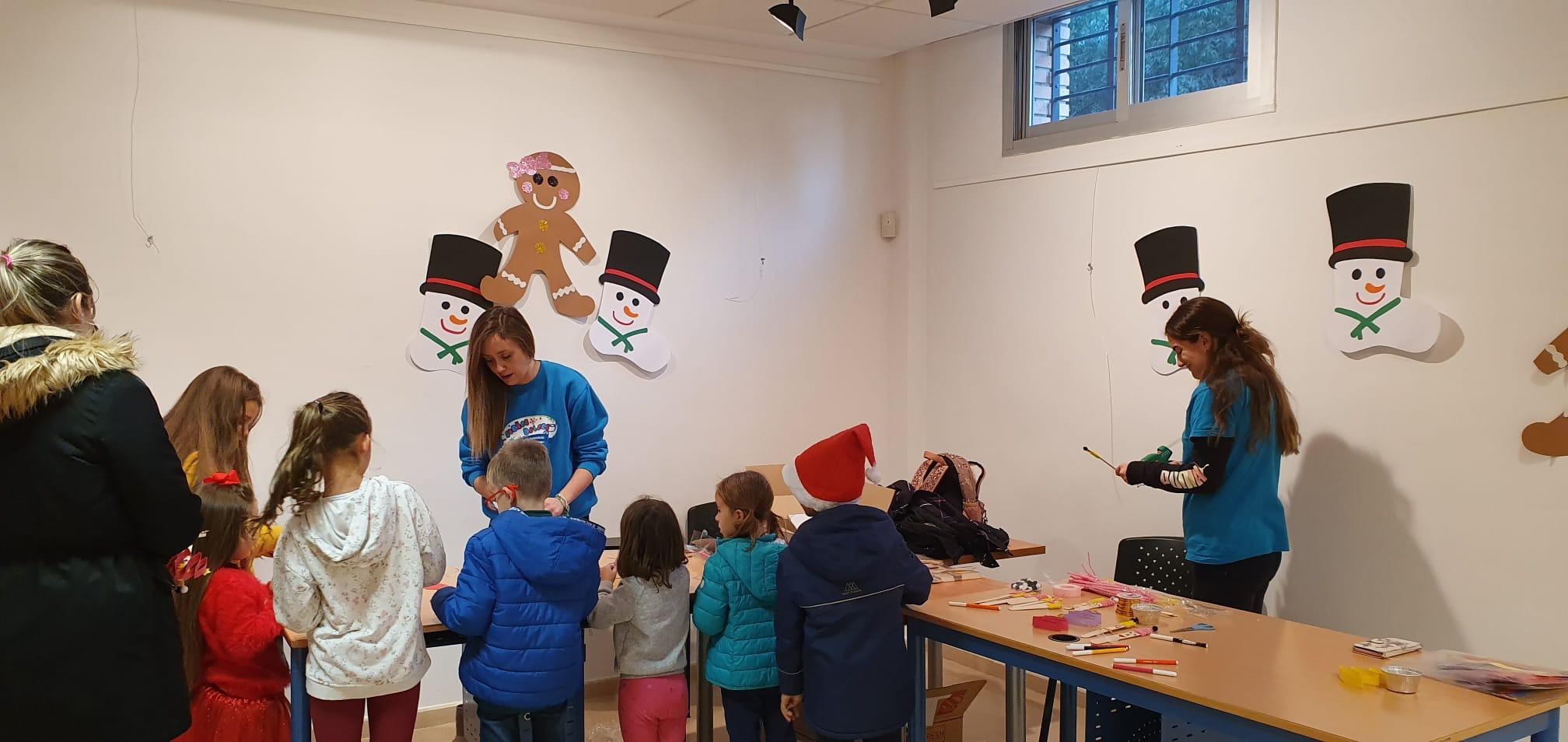 Cúllar Vega enseña a sus niños a preparar adornos navideños con materiales reciclados