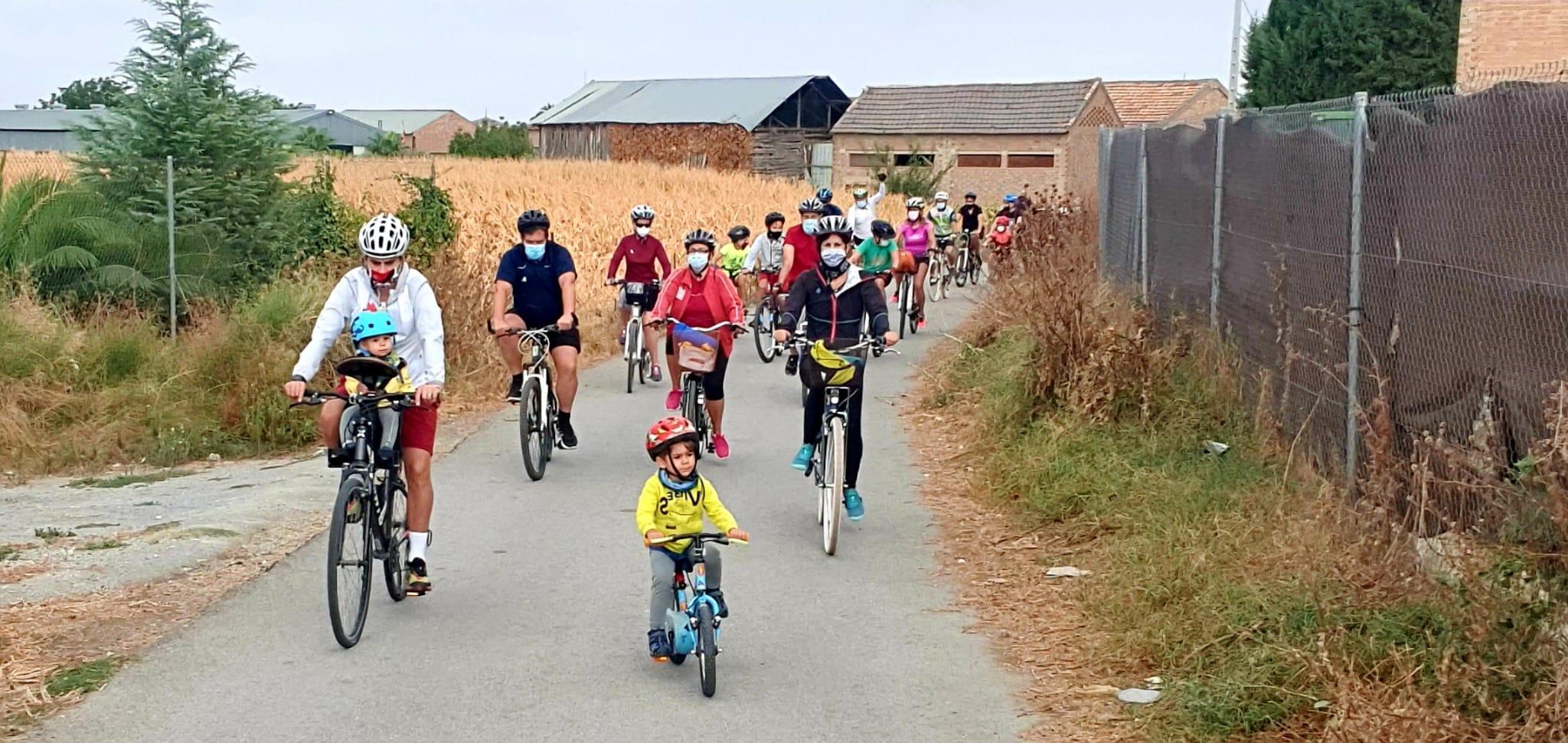 Cúllar Vega organiza una ruta en bicicleta por la Vega para fomentar la movilidad sostenible entre sus vecinos