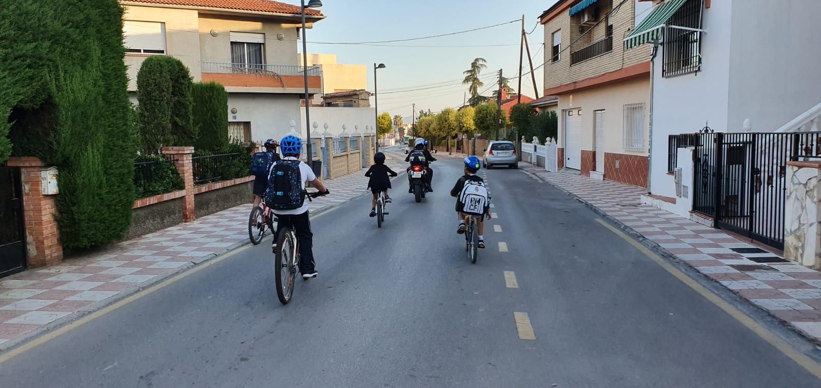 Cúllar Vega fomenta la movilidad sostenible entre sus escolares y vecinos con rutas por la Vega a pie y en bici