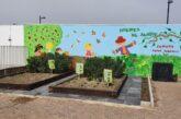 Niños de Cúllar Vega cultivan sus propios vegetales en un huerto ecológico instalado en el patio de su escuela