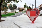 Cúllar Vega instala dos 'corazones solidarios' para recoger tapones en sus calles, que servirán para campañas benéficas